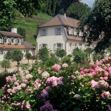 Blumen vor dem Damenbau des Fürstenlagers