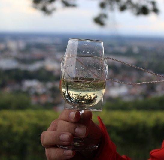 Weinglas mit Naturspieglung