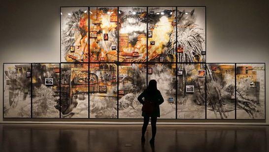 Frau betrachtet Kunstwerk